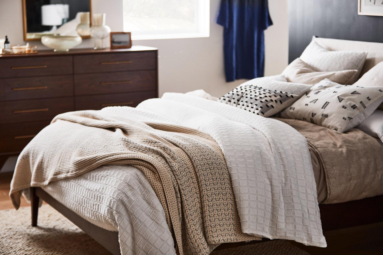 Maxwell Tielman - Cozy Mid-Century Scandinavian Guest Bedroom